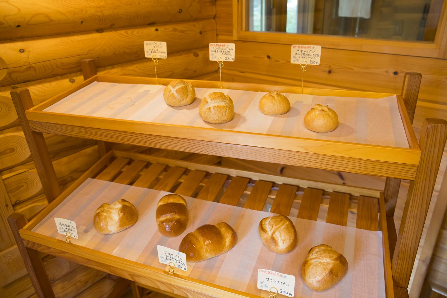 パンの山の焼き立てパン