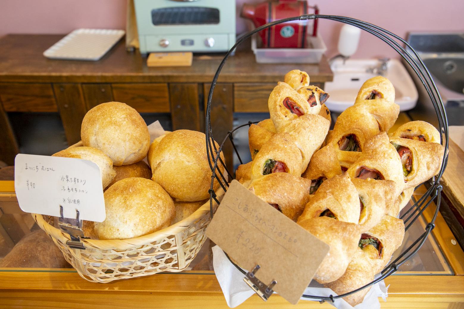 季節の山菜を使用したパン