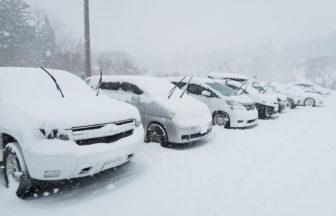 雪が積もったクルマ
