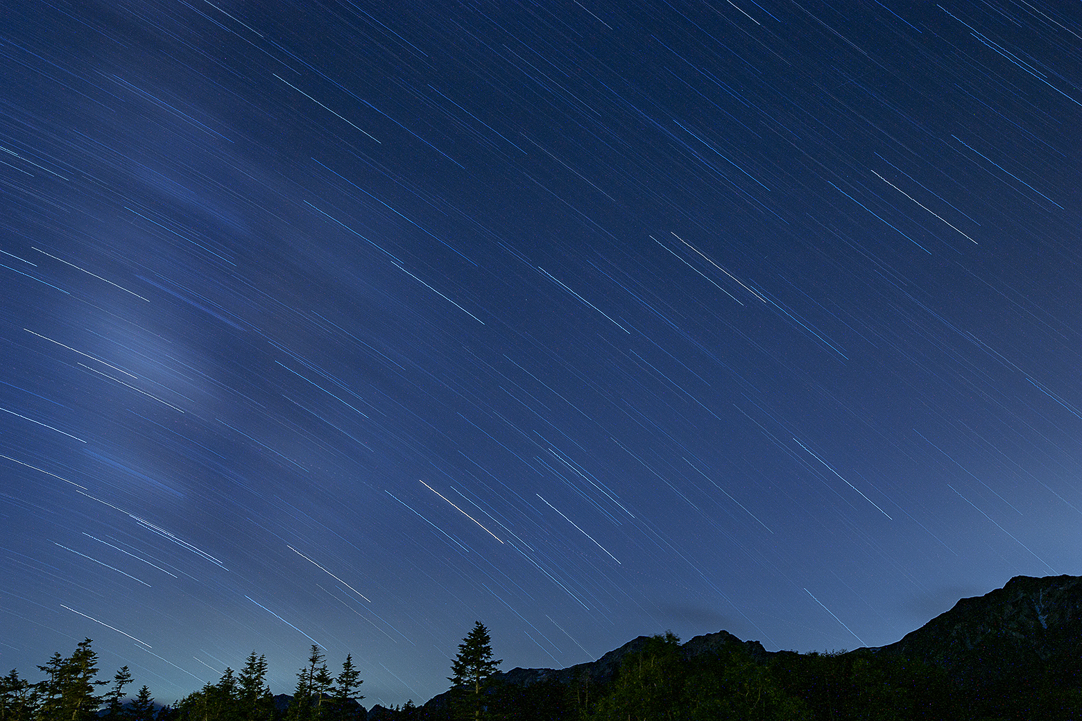 白馬三山に降り注ぐ星