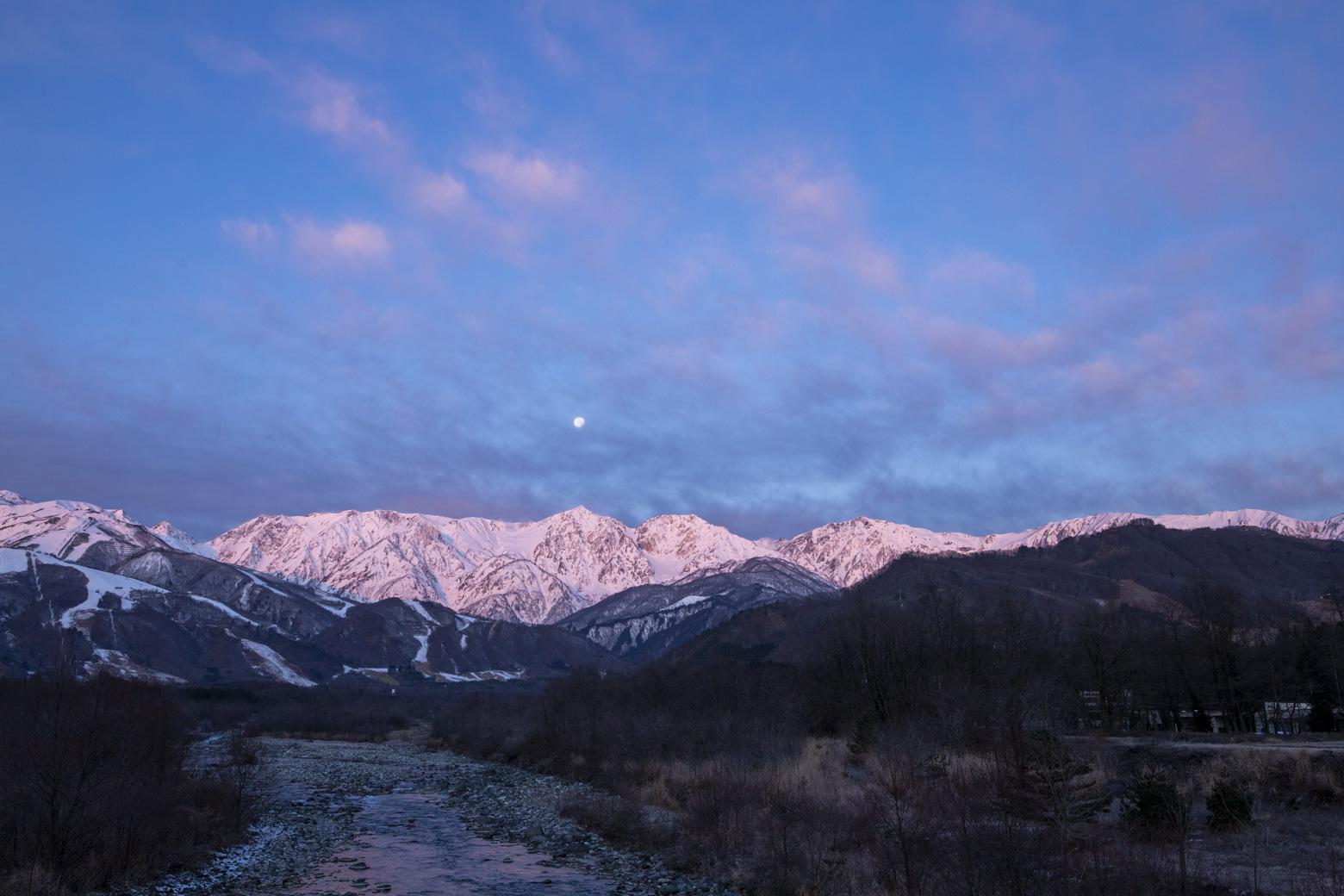 山が朝焼けに染まるモルゲンロート