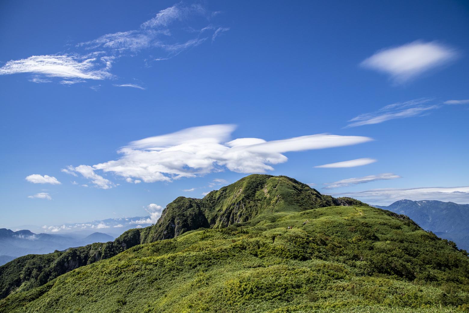 笹平から見る雨飾山